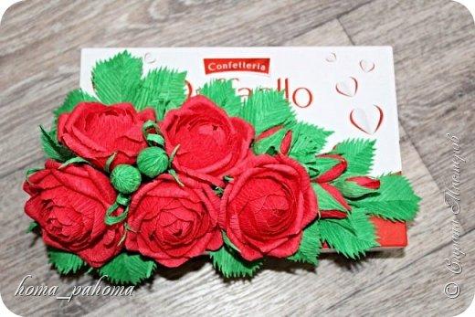 Украшение коробочки конфет цветами из бумаги фото 1