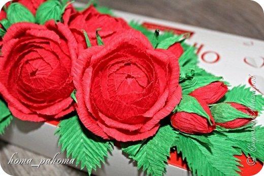 Украшение коробочки конфет цветами из бумаги фото 3
