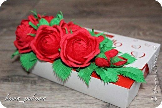 Украшение коробочки конфет цветами из бумаги фото 2