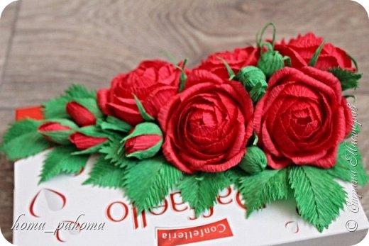 Украшение коробочки конфет цветами из бумаги фото 5