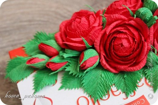 Украшение коробочки конфет цветами из бумаги фото 6