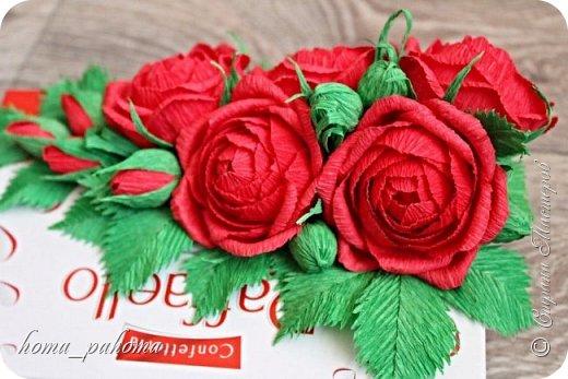 Украшение коробочки конфет цветами из бумаги фото 7