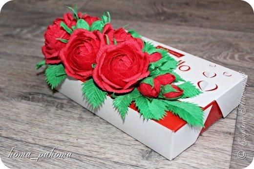 Украшение коробочки конфет цветами из бумаги фото 8