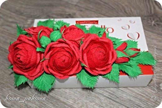 Украшение коробочки конфет цветами из бумаги фото 9
