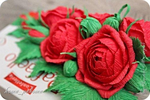 Украшение коробочки конфет цветами из бумаги фото 10