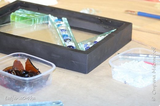 На днях столкнулась с техникой изготовления витражей,,  ,причём очень необычной,,,стекло порезано на куски в 2см,,,применялись разбитые бутылки,банки,бокалы,,три дня мы подбирали, складывали ,собирали мозаичные и геометрические  творческие работы,,очень интересно было,,, фото 21