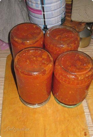 Здравствуйте дорогие друзья и соседи! Сегодня хочу поделиться рецептом Кетчупа. Рецепт проверен многократно, ОЧЕНЬ ВКУСНО!  Продукты:  3 кг помидоров 0,5 кг яблок 250 г репчатого лука 1 головка чеснока (5-6 зубчиков) 1,5 столовые ложки соли 150 г сахара 1 чайная ложка красного молотого перца 50 г яблочного уксуса  фото 19
