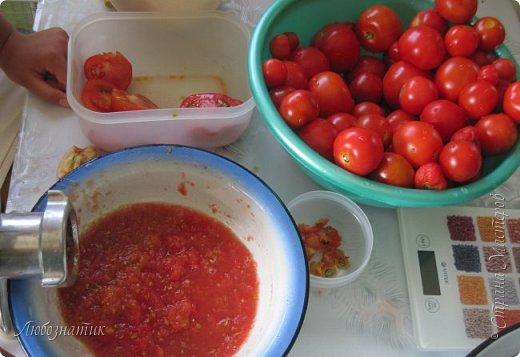Здравствуйте дорогие друзья и соседи! Сегодня хочу поделиться рецептом Кетчупа. Рецепт проверен многократно, ОЧЕНЬ ВКУСНО!  Продукты:  3 кг помидоров 0,5 кг яблок 250 г репчатого лука 1 головка чеснока (5-6 зубчиков) 1,5 столовые ложки соли 150 г сахара 1 чайная ложка красного молотого перца 50 г яблочного уксуса  фото 3
