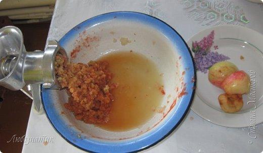 Здравствуйте дорогие друзья и соседи! Сегодня хочу поделиться рецептом Кетчупа. Рецепт проверен многократно, ОЧЕНЬ ВКУСНО!  Продукты:  3 кг помидоров 0,5 кг яблок 250 г репчатого лука 1 головка чеснока (5-6 зубчиков) 1,5 столовые ложки соли 150 г сахара 1 чайная ложка красного молотого перца 50 г яблочного уксуса  фото 7