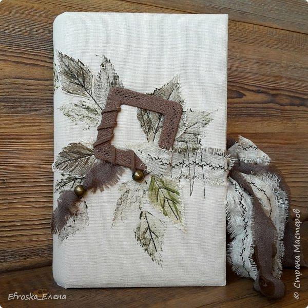 """Добрый вечер всем!  Поделюсь с вами моим творением! Обучаюсь сейчас у Жанны Хуснулиной на курсе """"Магия на обложке"""". На этой неделе нужно было сделать обложку из нескраповых материалов. У меня в ход пошли березовые листья, акрил, ткань, бусины и замшевый шнурок)))"""