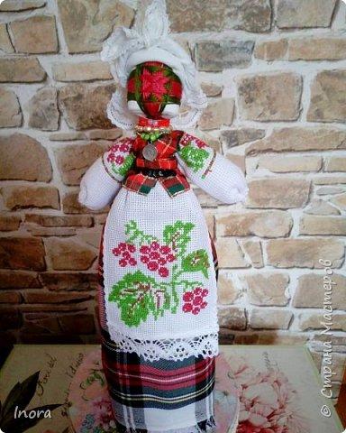 Ну вот и ещё одна куколка готова. вышивка на фартушке и рукавах -  калина. Вот и берегиню свою назвала Калиной.
