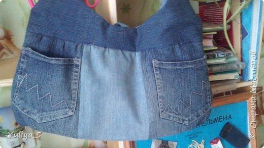 Так получилось, что 4 года ничего не шила. И вот появилась швейная машинка. Ее надо опробовать в течении 30 дней. Что-то серьезное шить - страшно! Все-таки перерыв большой, да и машинка электрическая, а я привыкла к ножной. И пошились джинсовые сумки. Из старых, уже изношенных джинс. фото 2