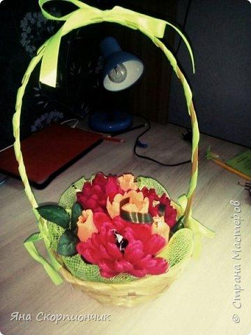 На училась я делать хризантемы. Мастер класс нашла в Стране мастеров. И посадила я эти хризантемы в корзиночку. фото 1