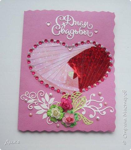 """Всем приветик! Сегодня я вам хочу показать открытку, которую я сделала на свадьбу. Мой любимый дядя (родной братишка моей мамы) жениться и я решила сделать им открытку сама.  Мама говорит, что всё равно выкинут, потому что не все взрослые любят самодельные открытки. Но я очень хотела сделать. Мама сказала, что нужно очень красивую сделать, может тогда не выкинут. И так совпало, что мастерица М.Плюшкина проводит конкурс """"Розыгрыш очень вкусной конфеты"""" https://stranamasterov.ru/node/1151317. И я тоже решила поусаствовать.  Свадьба будет в сентябре :-)  Открытку сделала по технике айрис фолдинг.  Огромное спасибо Татьяне Просняковой за очень понятный мастер класс https://stranamasterov.ru/technics/iris-folding?c=popular_inf_776%2C451. Техника очень интересная и получается красиво!   Основа открытки розовый картон фото 1"""