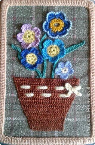 """Вяжу крючком цветочки, листочки, оформляю в виде букета, """"ставлю"""" в вязанную вазочку, пришиваю к фону, и вот что получается: фото 1"""