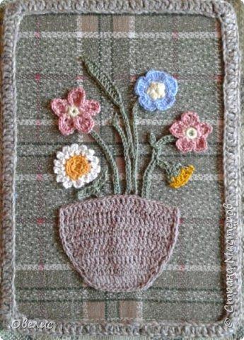 """Вяжу крючком цветочки, листочки, оформляю в виде букета, """"ставлю"""" в вязанную вазочку, пришиваю к фону, и вот что получается: фото 2"""