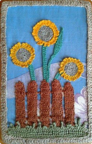 """Вяжу крючком цветочки, листочки, оформляю в виде букета, """"ставлю"""" в вязанную вазочку, пришиваю к фону, и вот что получается: фото 6"""