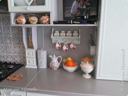 Здравствуйте, мои дорогие жители СМ! Я продолжаю наполнять всякими разностями свою кухню. Задекорировала баночки для специй и смастерила для них полочку.   фото 9