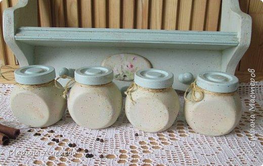 Здравствуйте, мои дорогие жители СМ! Я продолжаю наполнять всякими разностями свою кухню. Задекорировала баночки для специй и смастерила для них полочку.   фото 3
