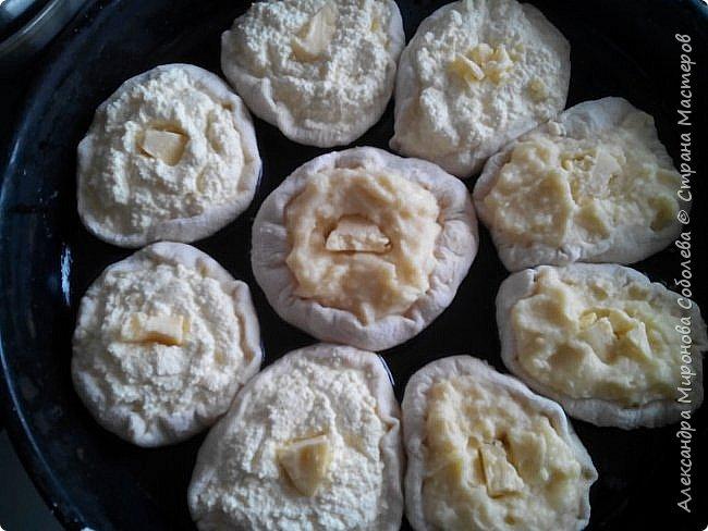 Доброе время суток! Сегодня с утра решила побаловать своих домашних шанежками по бабушкиному рецепту. Хотя тесто бабушкино мне не повторить, в вот начинка точно бабушкина, хотя тоже с изменениями ...  И так тесто:  обычное дрожжевое,  я обычно завожу на литре теплой воды - в него добавляю четверть пачки дрожжей (гр. 25), десертную ложку без верха соли, чайную ложку сахара, 2 яйца и полстакана подсолнечного масла, ну и завожу очень мягкое...Можно завести просто на воде, можно добавить молока, еще вкуснее будет. Получаются пироги- пирожки из него очень мягкие, можно сказать, рассыпчатые. Теста получается много, оставшееся делю на порции, в пакеты и в морозилку - использую по необходимости... Начинка из картошки: Конечно такая как у бабушки не получится, потому, что и картошка не та, да и той деревенской сметаны не найти. Но тем не менее... Картошку сварить, воду слить и вот тут добавляешь сметану ( лучше деревенскую) - в моем случае сливки деревенские. Пюре можно взбить - оно должно быть кремообразным. Когда чуть остынет добавить пару яиц и еще раз взбить. Пюре получается довольно жидкое. Начинка из творога: Творог (500 гр) у меня тоже деревенский, мягкий и не кислый. Можно делать сладкий, но бабушка чуть присаливала творог, добавляем 3-4 яйца - можно взбить, можно толкушкой растолочь, тоже получается жидковато.   фото 2