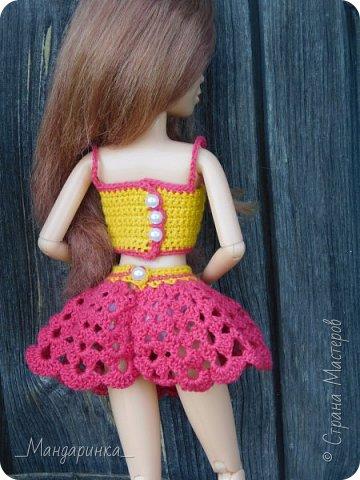 """Всем доброго времени суток! Не передать словами, как я по всем скучала. Но во время своего отсутствия я не бездельничала: вязала много одежды для кукол, которую буду постепенно выкладывать. Сейчас же я занята тем, что готовлю работу на конкурс""""Детство"""".  Кроме того, я попробовала вышивать броши, мне понравилось, возможно ,что буду ещё таким заниматься. И было связано достаточно много игрушек для девочек, с которыми я провела всё лето. Одна из таких игрушек будет показана в конце.  В этой записи я покажу два летних комплекта для кукол. Всё связано моими любимыми ниточками из магазина FixPrice. У Лотти немного поменяется обувь во время фотосессии. Это связано с тем, что я нашла у себя другие туфли, которые, вроде, ей неплохо подходят. А ещё у неё немного грязные шорты спереди, это из-за того, что Вика, моя сестра, с этим комплектом уже поиграла) Застёгивается всё на бусинки, кроме шорт, застёжкой которых служит кнопочка. Топы и шорты вязала по этому описанию - https://vk.com/club112654207?w=wall-112654207_4295 Юбочку вязала без описания, но за основу брала схему от Апельсиновой кошечки. Далее без комментариев... И так уже достаточно написала))) фото 13"""