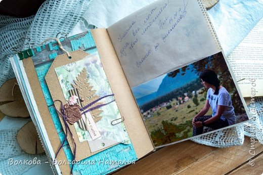 Моя последняя долгостройная работа с мастер-класса Эли Гафаровой - дневник - готова. Поскольку странички в дневник уже дома оформляла, то без фото из Архыза обойтись было бы странно. Причём, я решила вместе с фото участниц скрап-феста сохранить их АТС-ки и открытки. Хранить их отдельно не хотелось. фото 18