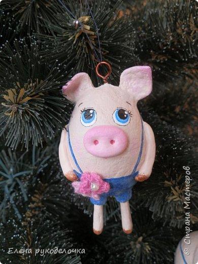 В эти выходные сделала трёх ёлочных свинок. За основу взяла яичную скорлупу. Папье-маше, акриловые краски. Пятачки и ручки из ХФ. Украсила вязаными цветочками. фото 2