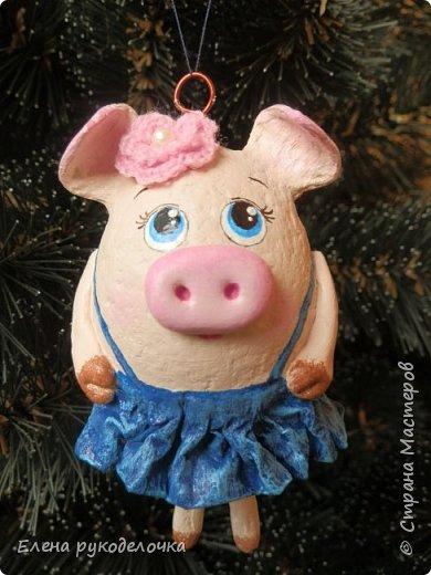 В эти выходные сделала трёх ёлочных свинок. За основу взяла яичную скорлупу. Папье-маше, акриловые краски. Пятачки и ручки из ХФ. Украсила вязаными цветочками. фото 4