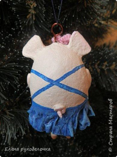 В эти выходные сделала трёх ёлочных свинок. За основу взяла яичную скорлупу. Папье-маше, акриловые краски. Пятачки и ручки из ХФ. Украсила вязаными цветочками. фото 5