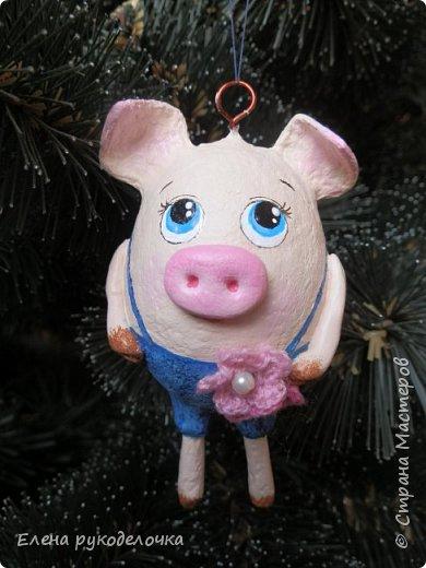 В эти выходные сделала трёх ёлочных свинок. За основу взяла яичную скорлупу. Папье-маше, акриловые краски. Пятачки и ручки из ХФ. Украсила вязаными цветочками. фото 6