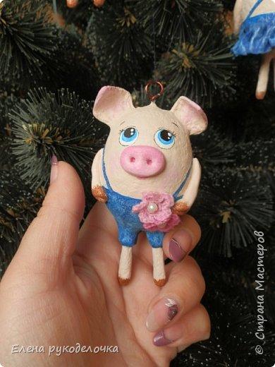 В эти выходные сделала трёх ёлочных свинок. За основу взяла яичную скорлупу. Папье-маше, акриловые краски. Пятачки и ручки из ХФ. Украсила вязаными цветочками. фото 8