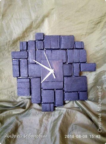 Часы выполнены из доски,предворительно обожжённой,пространство между досточками заполнено эпоксидной смолой фото 2