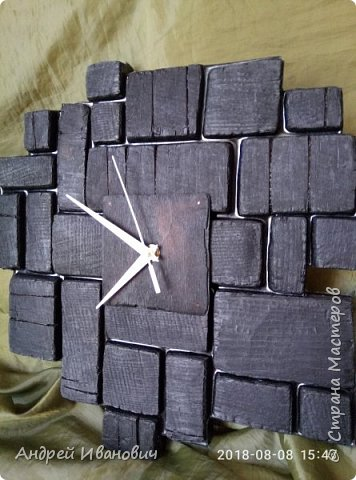 Часы выполнены из доски,предворительно обожжённой,пространство между досточками заполнено эпоксидной смолой фото 3