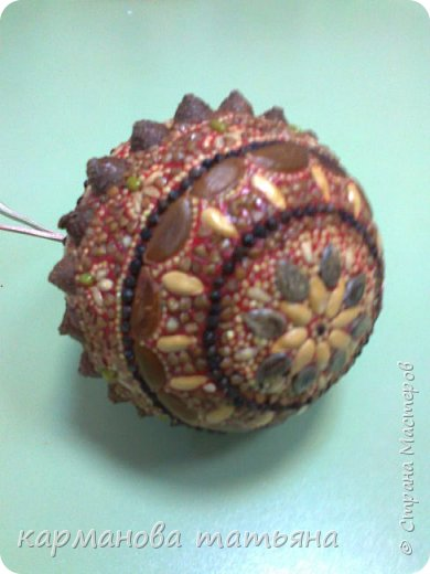 Мозаика из природного материала на пластилине. На пластмассовом шаре, сверху покрыто лаком. Работа моей ученицы. фото 2