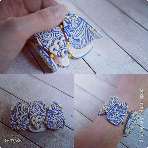 для работы вам понадобится:  -глина белого и синего цвета -паста-машина/акриловый роллер -Pearl Ex золотого или другого цвета -жидкая пластика -Fimo-лак -пины -пилочка и нождачная бумага -эластичный нейлоновый шнур -бусинки золотого цвета 4 мм -текстурные листы -каттеры -лезвие, нож для нарезки полимерной глины -Транспарентная бумага  моя группа вк, буду рада всем:) https://vk.com/myhobbypolymerclay фото 1