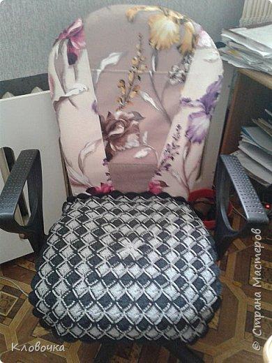 Стояло на мусорке кресло, шла я, и  мимо  не смогла пройти, принесла на работу. Фото до переделки нет, было просто светлая обивка вся подранная коготками кошки. Из образцов мебельной ткани сшила новую олежку кресла.Сижу теперь в нем,  к нему ещё вернемся. фото 11
