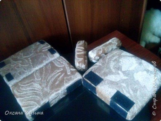 Здравствуйте, всем кто заглянул на страничку. Вот задумала я новый проект Roombox для кукол типа Палок (племяшке на день рождения). Решила с вами делиться результатами, может кто совет дельный даст или идейку подкинет. На сегодня готовы коробка (материалы на фото), кроватка с матрацем, кресло-кровать для гостей, настольная лампа и картина. Кроватку и остальную деревянную мебель уговорила выпилить мужа, чертежи и сборка моя. Кресло-кровать для кукольной комнаты без каркаса. На ваш суд первый этап.  Стены и пол из пенополистерола, как основу использовала ДВП, на пол ещё планирую положить линолиум. фото 9