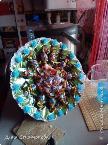 Букеты из чая и конфет и из живых цветов с орехами фото 1