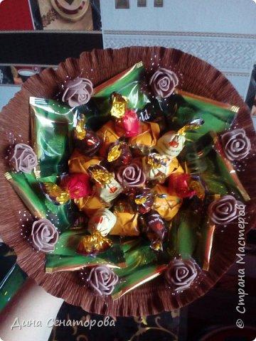 Букеты из чая и конфет и из живых цветов с орехами фото 2