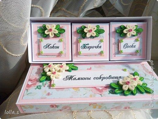 Сегодня у меня коробочка Мамины сокровища. Внутри есть три коробочки для бирочки, локона, соски. Коробочки оформлены в розовых тонах. Украшена цветами в технике квиллинг. (Цветы-также ручная  работа). Использован картон для скрапбукинга с глитером.Размер коробочки 17х6 см. Размер внутренних коробочек 5х5 см.  фото 5