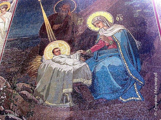 Здравствуйте мои дорогие, мои горячо любимые соседи прекрасной Страны мастеров! Я продолжаю экскурсию по любимому мной Питеру, в котором была в июле этого года. Сегодня приглашаю вас в удивительнейший по красоте Храм Рождества Христова – Спаса – на Крови. Жаль только, что главный купол реставрируют и поэтому он скрыт строительными лесами. фото 20