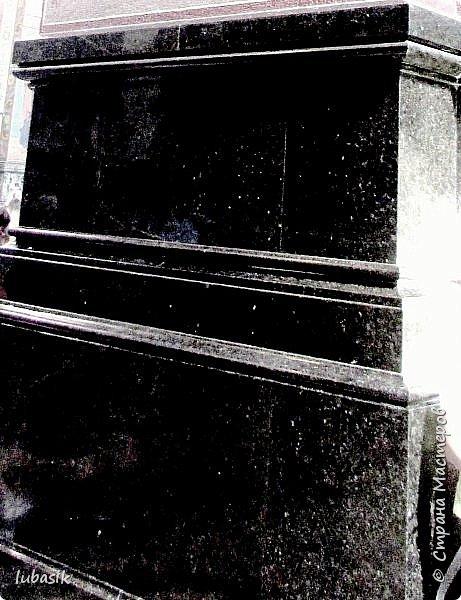 Здравствуйте мои дорогие, мои горячо любимые соседи прекрасной Страны мастеров! Я продолжаю экскурсию по любимому мной Питеру, в котором была в июле этого года. Сегодня приглашаю вас в удивительнейший по красоте Храм Рождества Христова – Спаса – на Крови. Жаль только, что главный купол реставрируют и поэтому он скрыт строительными лесами. фото 34
