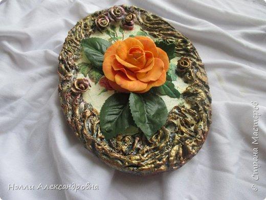 Сделала розу из фоамирана, а куда её приспособить не знаю. Решила собрать небольшое панно на кухню.Рамка из шпаклёвки. Красила акриловыми красками. фото 1