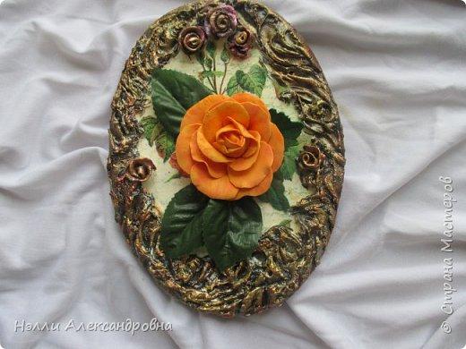 Сделала розу из фоамирана, а куда её приспособить не знаю. Решила собрать небольшое панно на кухню.Рамка из шпаклёвки. Красила акриловыми красками. фото 2