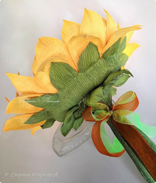 """Здравствуйте! Сегодня хочу представить вашему вниманию ручной букет, сделанный в форме подсолнуха для подарка учителю 1 сентября. Внутри конфеты """"Трюфели"""". фото 3"""