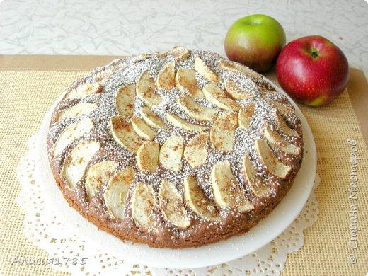 Шоколадный пирог с яблоками и корицей.