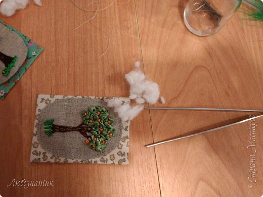 """Всем огромный привет! Сегодня у меня новая серия АТС карточек """"Апельсиновое дерево"""".  Давно хотела апельсиновое дерево сделать, конечно больше в задумках был небольшой топиарий...оставила на осень (даже заготовка до сих пор валяется) :-) Да, вышивка действительно затягивает, не удержалась...  Карточки созданы по технике вышивка. На этой серии оторвалась по полной :-), попробовала вышивать и гладью, и французским узелком, и рококо и лентами. :-)  Продолжаю отдавать долги. Мои кредиторы:  Неля, Оксана и  Юлия  На темном фоне  фото 14"""