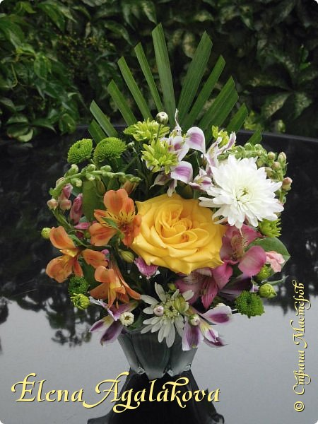 Добрый день! Этим летом я решила осуществить еще одну свою мечту - научится цветочному дизайну. Очень люблю цветы, травки-муравки, деревья и вообще все растения. Уже третий месяц я учусь создавать красоту! Очень увлекательно работать с цветами! Я взяла небольшой курс по цветочному дизайну. Дома делаю оранжировки из того что под рукой, беру цветы из своего садика. Другие композиции делала для цветочного магазина где прохожу практику. Начинаю работать цветочным дизайнером, пожелайте мне успеха. Делюсь красотой! фото 1