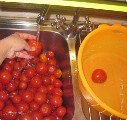 Здравствуйте дорогие друзья и соседи! Сегодня хочу вам рассказать как я готовлю томатный сок. Все мои домашние очень любят и задают большой план. В этом году например уже приготовила 12 л, сказали мало :-)  Продукты:  Помидоры Щепотка соли фото 2