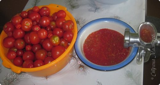 Здравствуйте дорогие друзья и соседи! Сегодня хочу вам рассказать как я готовлю томатный сок. Все мои домашние очень любят и задают большой план. В этом году например уже приготовила 12 л, сказали мало :-)  Продукты:  Помидоры Щепотка соли фото 3